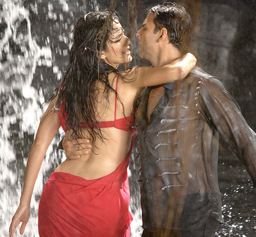 Akshay-Kumar-and-Katrina-Kaif-rain-dance