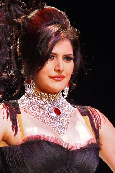 Zarine Khan hot cleavage3 Zarine Khan hot bikini navel photos
