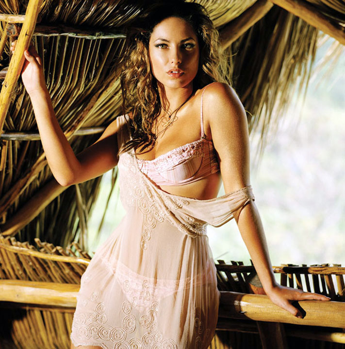 Barbara-Mori-hot-clevage-navel