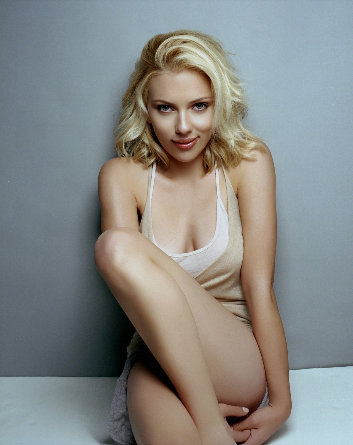 Scarlett-Johansson-hot-spicy-cleavage