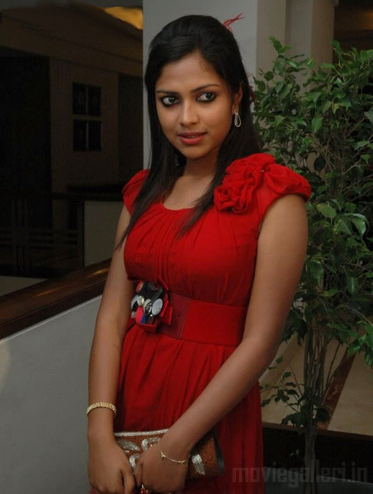 amala-paul-hot-clevage-pic