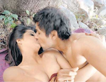 Saheb-Bibi-Aur-Gangstar-mahie-gill-hot-kiss-photos