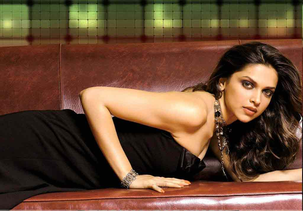 Deepika-Padukone-hot-cleavage