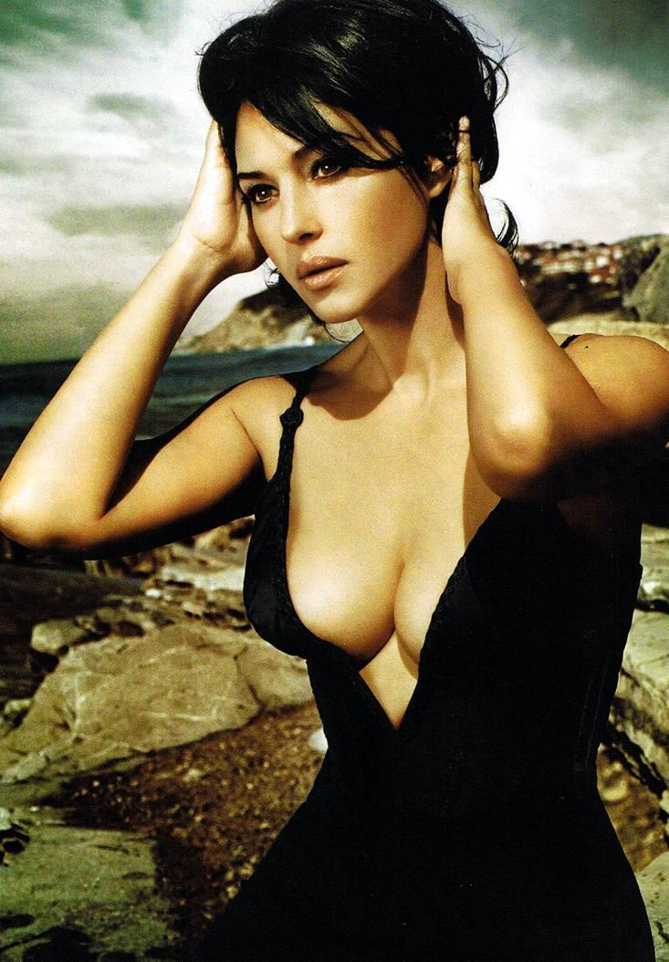 monica-bellucci-hot-cleavage-1