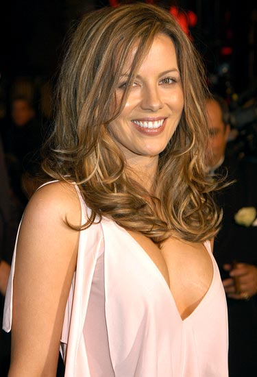 Kate-Beckinsale-hot-cleavage-still