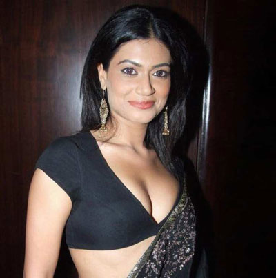 B-Grade Actress Payal Rohatgi Hot Cleavage