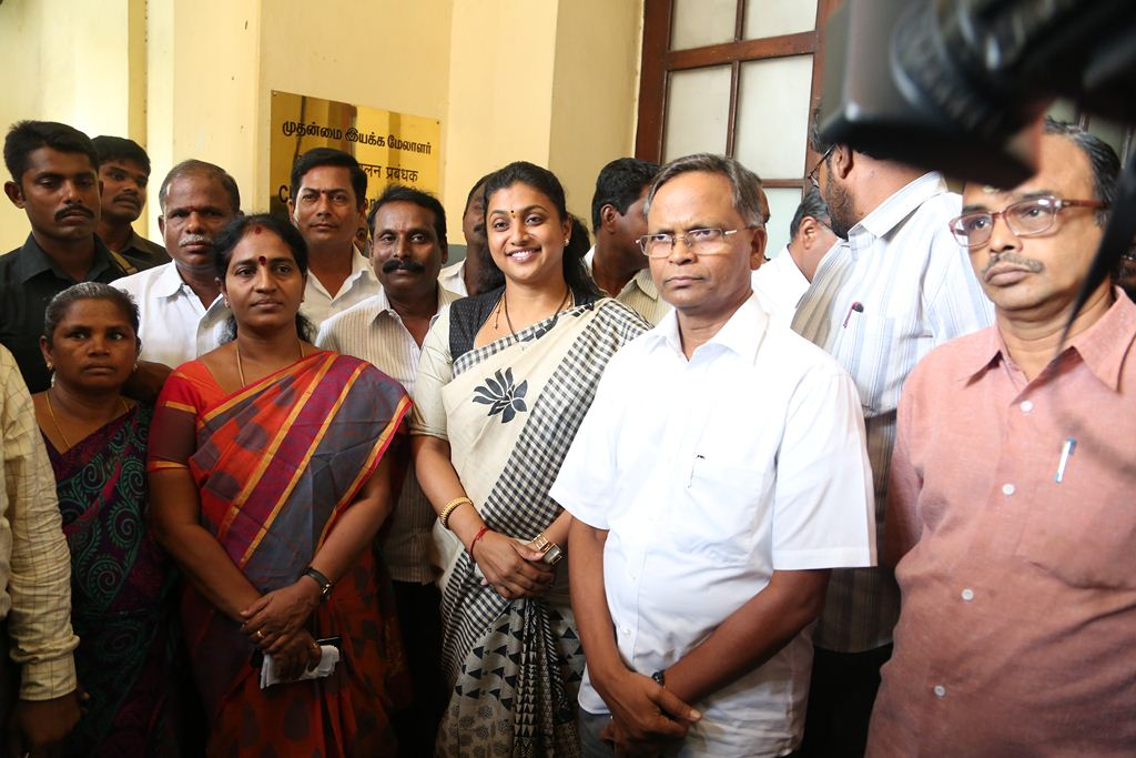 ACTRESS-ROJA-MEETS-SOUTHERN-RAILWAY-GENERAL-MANAGER-1