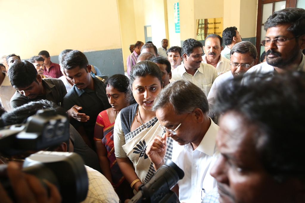 ACTRESS-ROJA-MEETS-SOUTHERN-RAILWAY-GENERAL-MANAGER-2