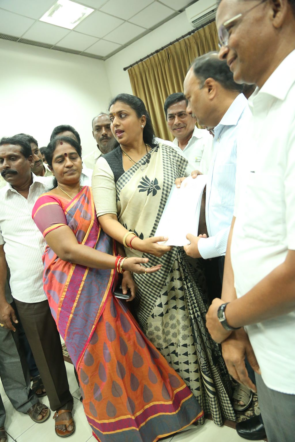 ACTRESS-ROJA-MEETS-SOUTHERN-RAILWAY-GENERAL-MANAGER-4