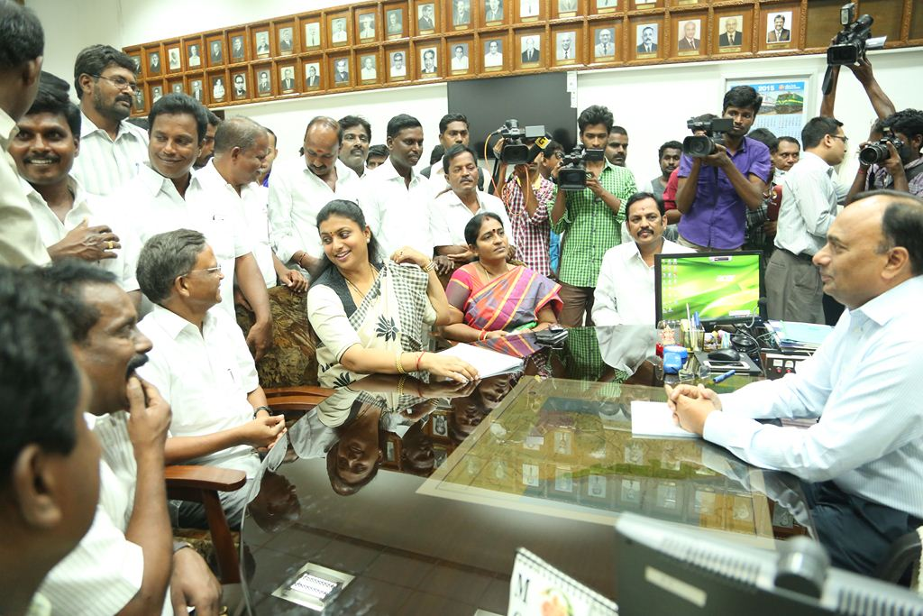 ACTRESS-ROJA-MEETS-SOUTHERN-RAILWAY-GENERAL-MANAGER-5