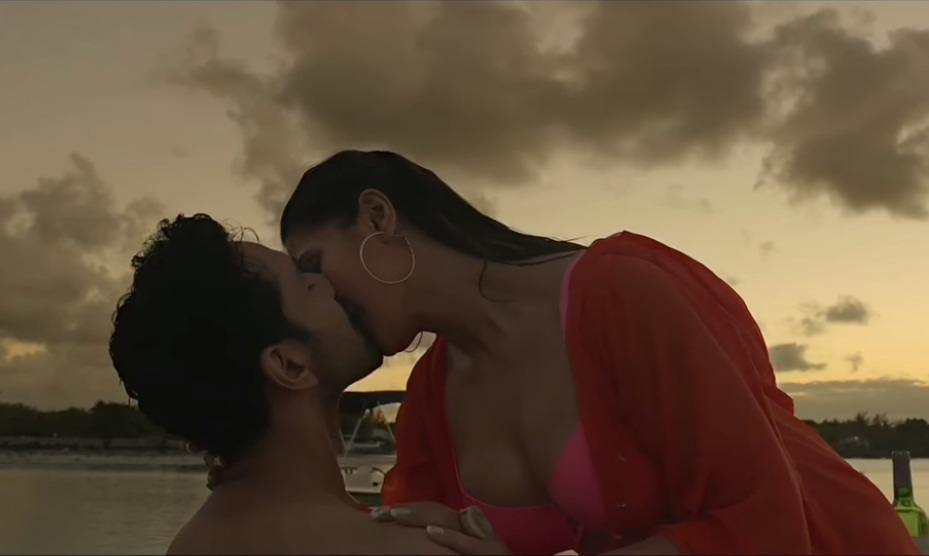 aksar-2-zareen-khan-hot-kiss