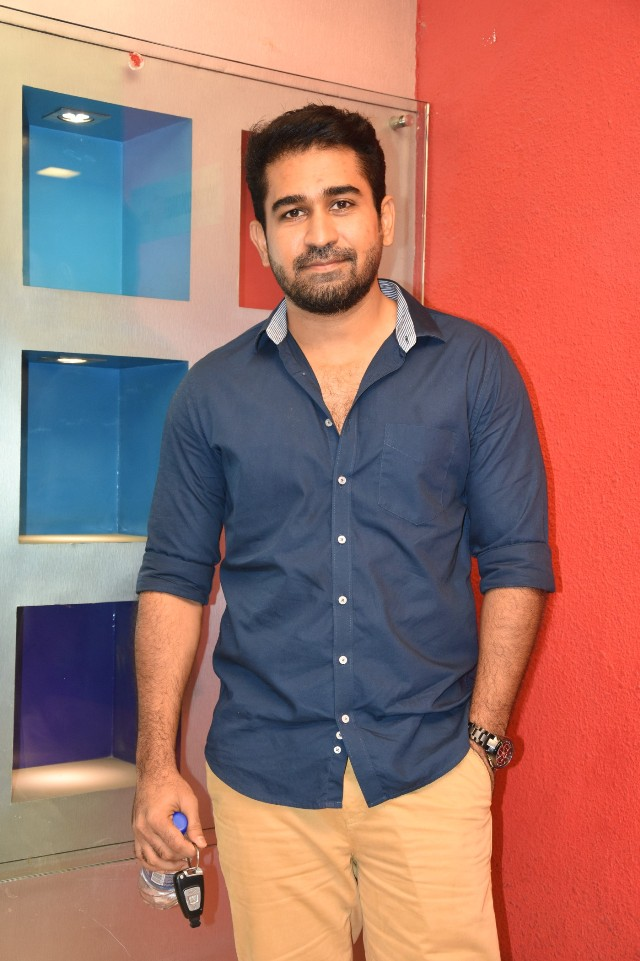 celebrities_at_Ippadai_vellum_special_show_vijay_antony