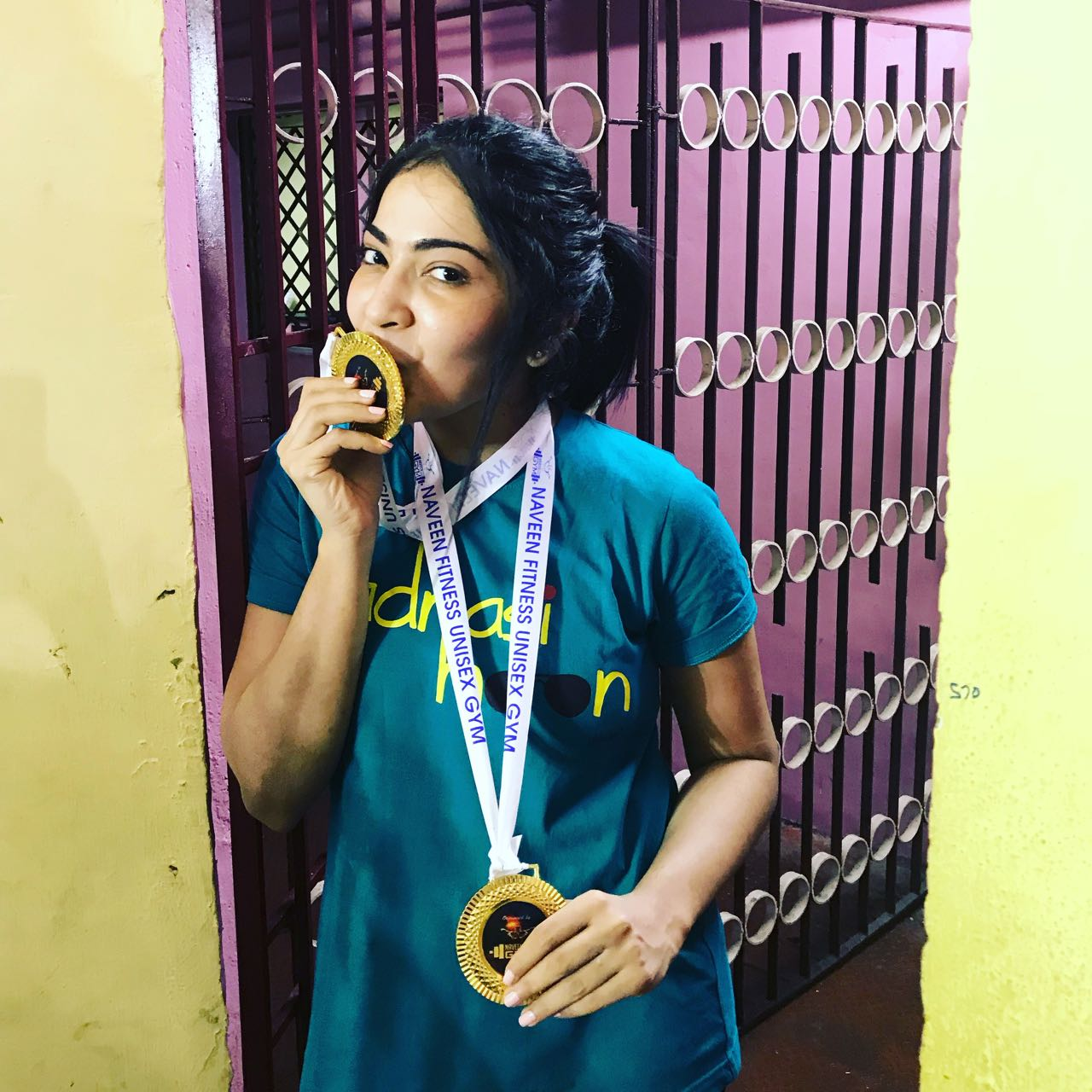 vj_ramya_anchor_body_building_champion_kissing_medal_still_2