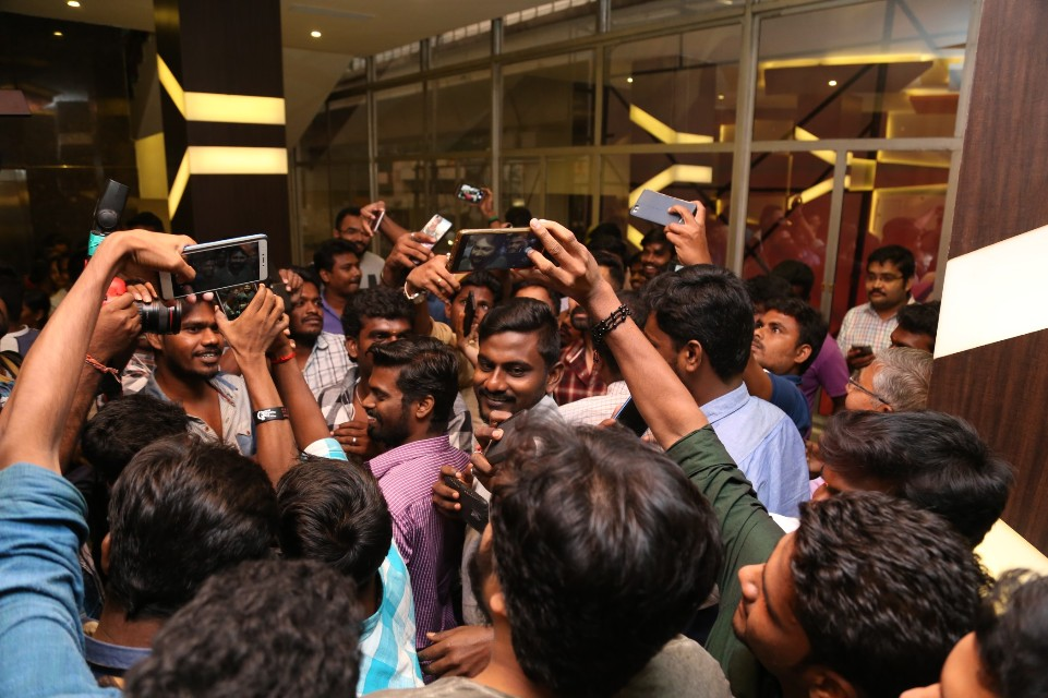 thiruttuppayale_2_success_celebration_with_audience_Kasi_theater_and_kamala_cinemas_02