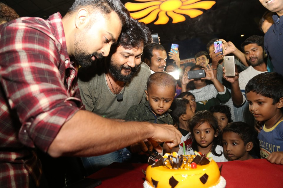 thiruttuppayale_2_success_celebration_with_audience_Kasi_theater_and_kamala_cinemas_27