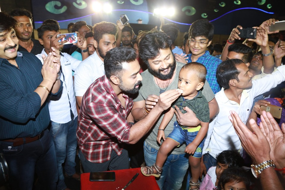 thiruttuppayale_2_success_celebration_with_audience_Kasi_theater_and_kamala_cinemas_28
