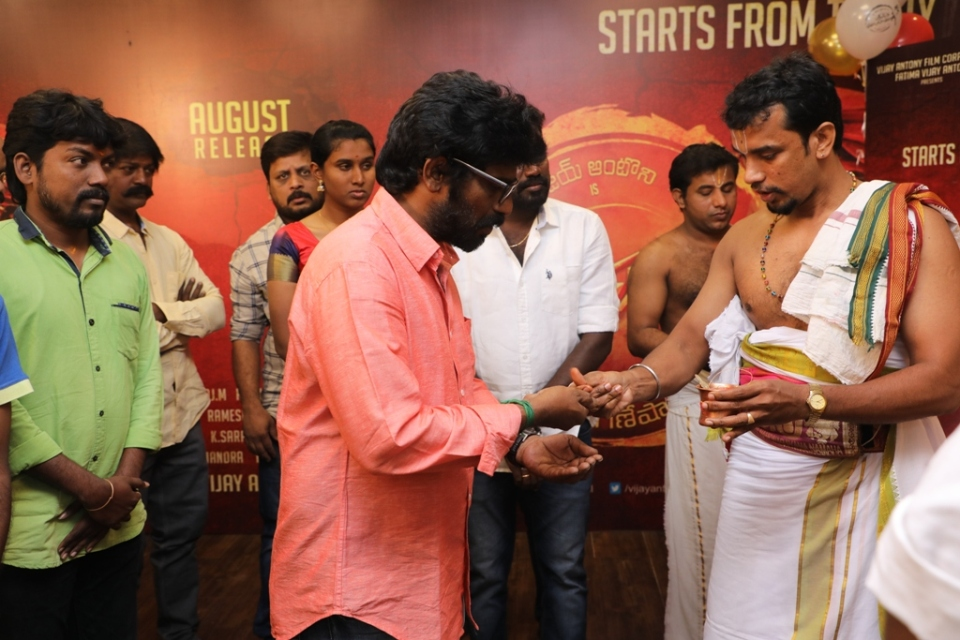 thimiru pudichavan movie poojai stills 09 Thimiru Pudichavan Movie Poojai Stills