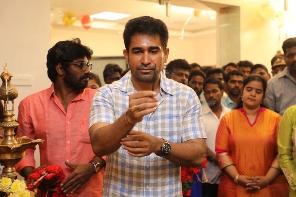 thimiru_pudichavan_movie_poojai_stills_19