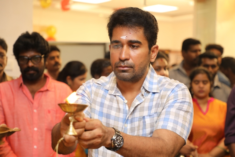 thimiru pudichavan movie poojai stills 21 Thimiru Pudichavan Movie Poojai Stills