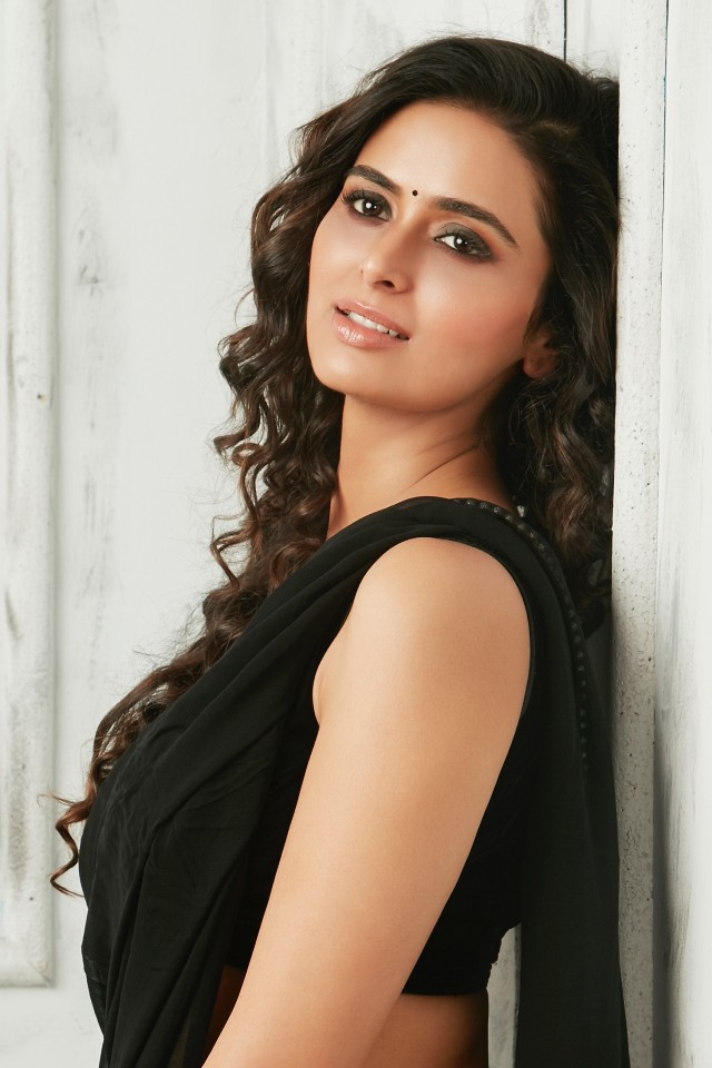 meenakshi_dixit_new_hot_stills_ 01