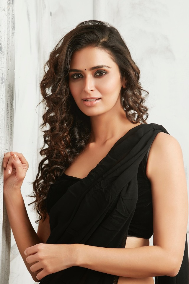 meenakshi_dixit_new_hot_stills_ 08