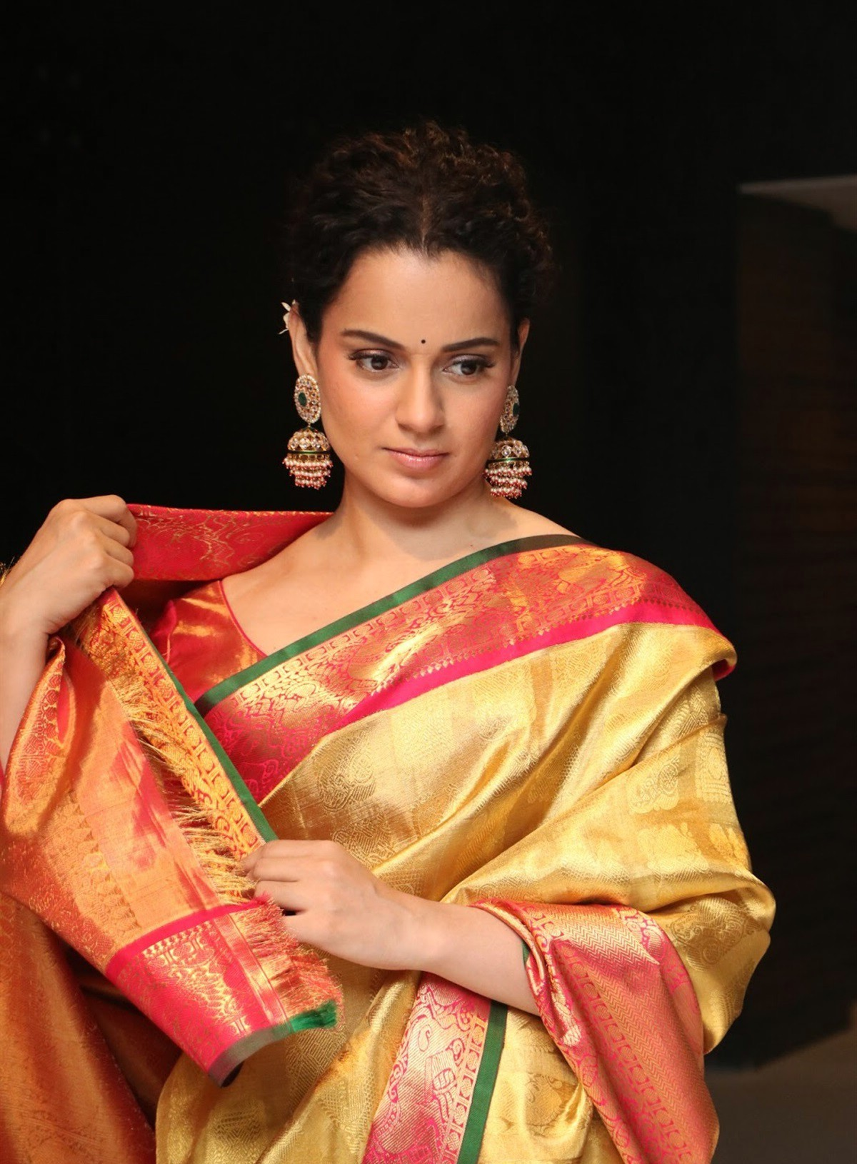 actress-kangana-ranaut-silk-saree-stills-4.