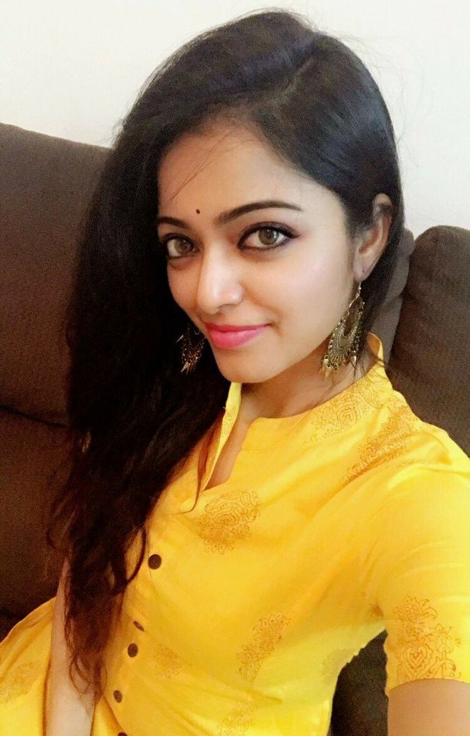 janani iyer bigg boss selfie pics actor actress selfie images