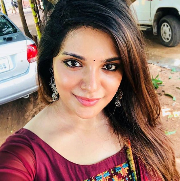 meesaya murukku aathmika selfie images actor actress selfie images