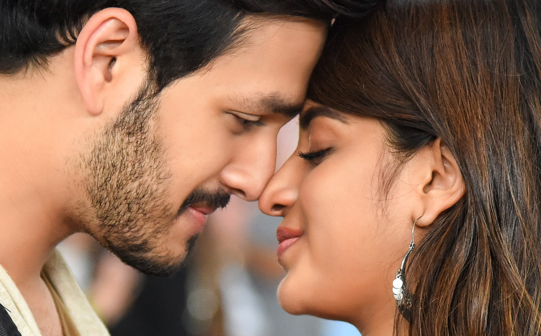 mr-majnu-movie-stills-hd-akhil-akkineni-nidhhi-agerwal-roamance-scene