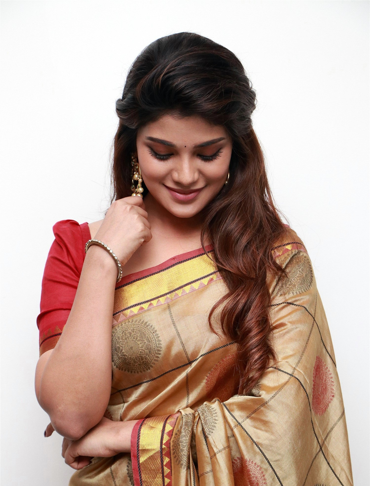 actress-aathmika-silk-saree-photos-hd-4