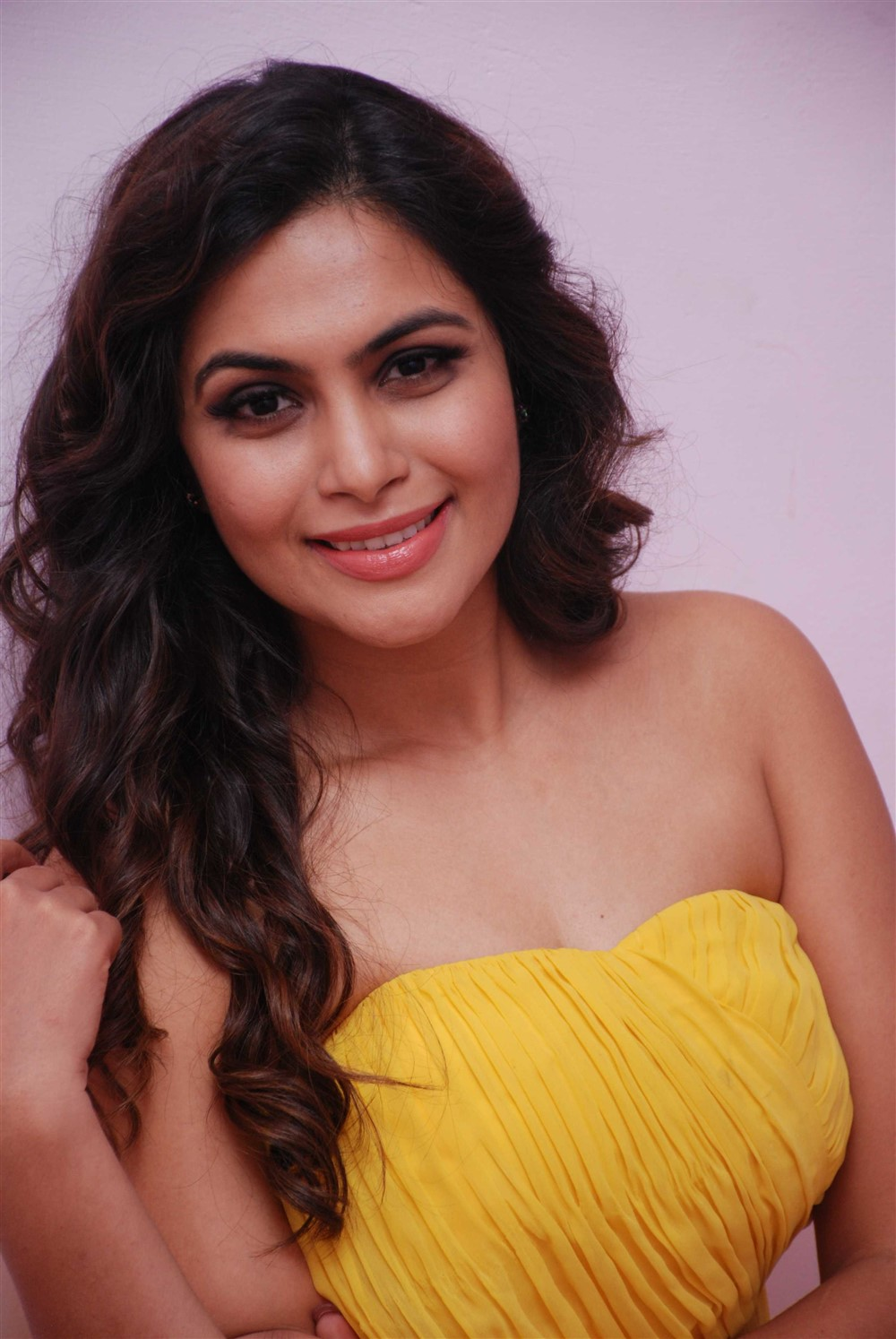 actress-sonu-gowda-hot-in-yellow-dress-1.