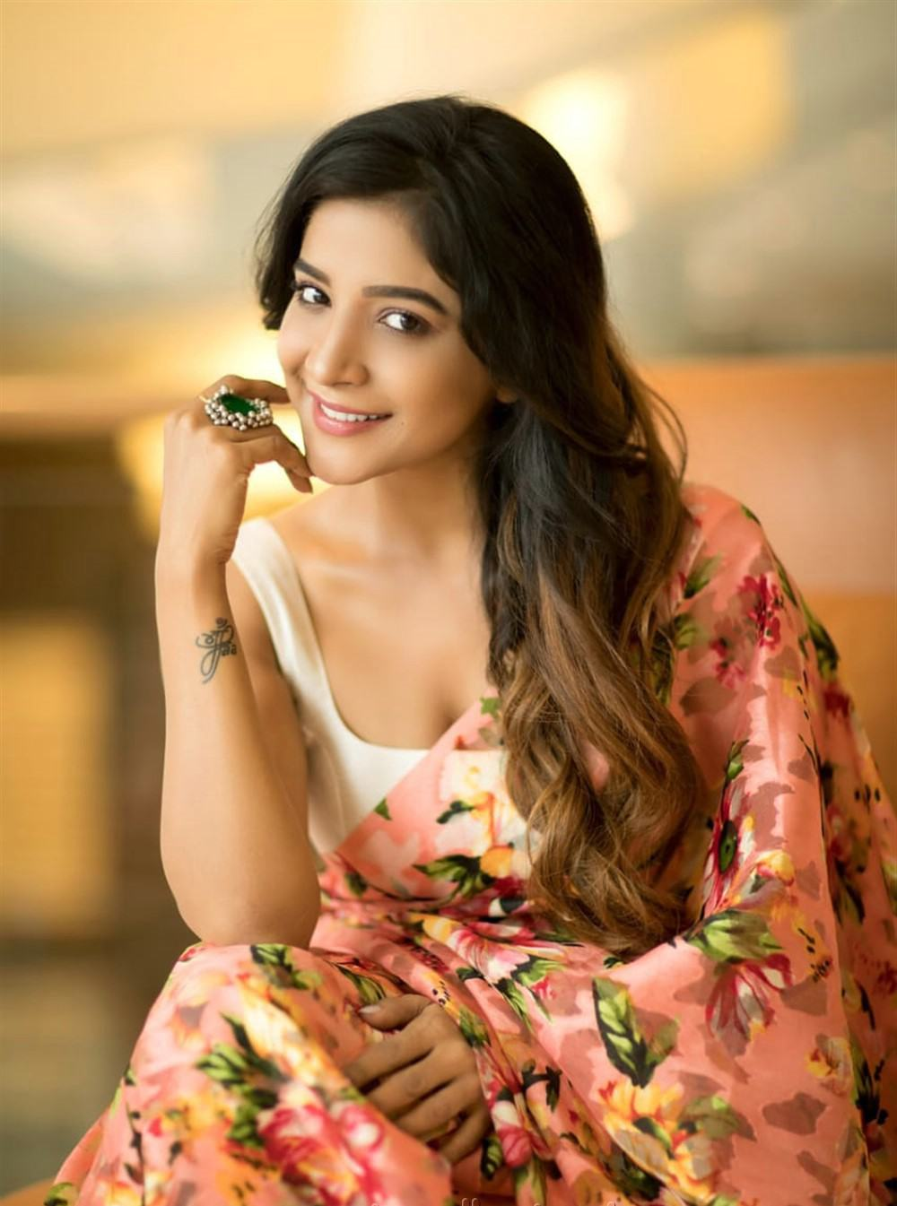 tamil-actress-sakshi-agarwal-saree-hot-stills