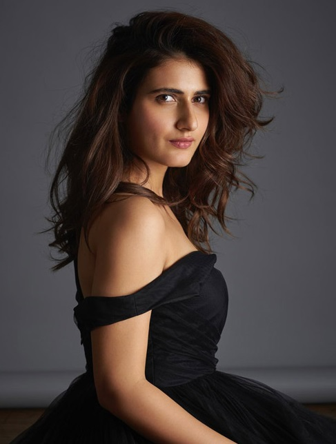 fatima-sana-shaikh-hot-black-dress-pic